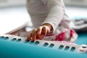 kind speelt piano