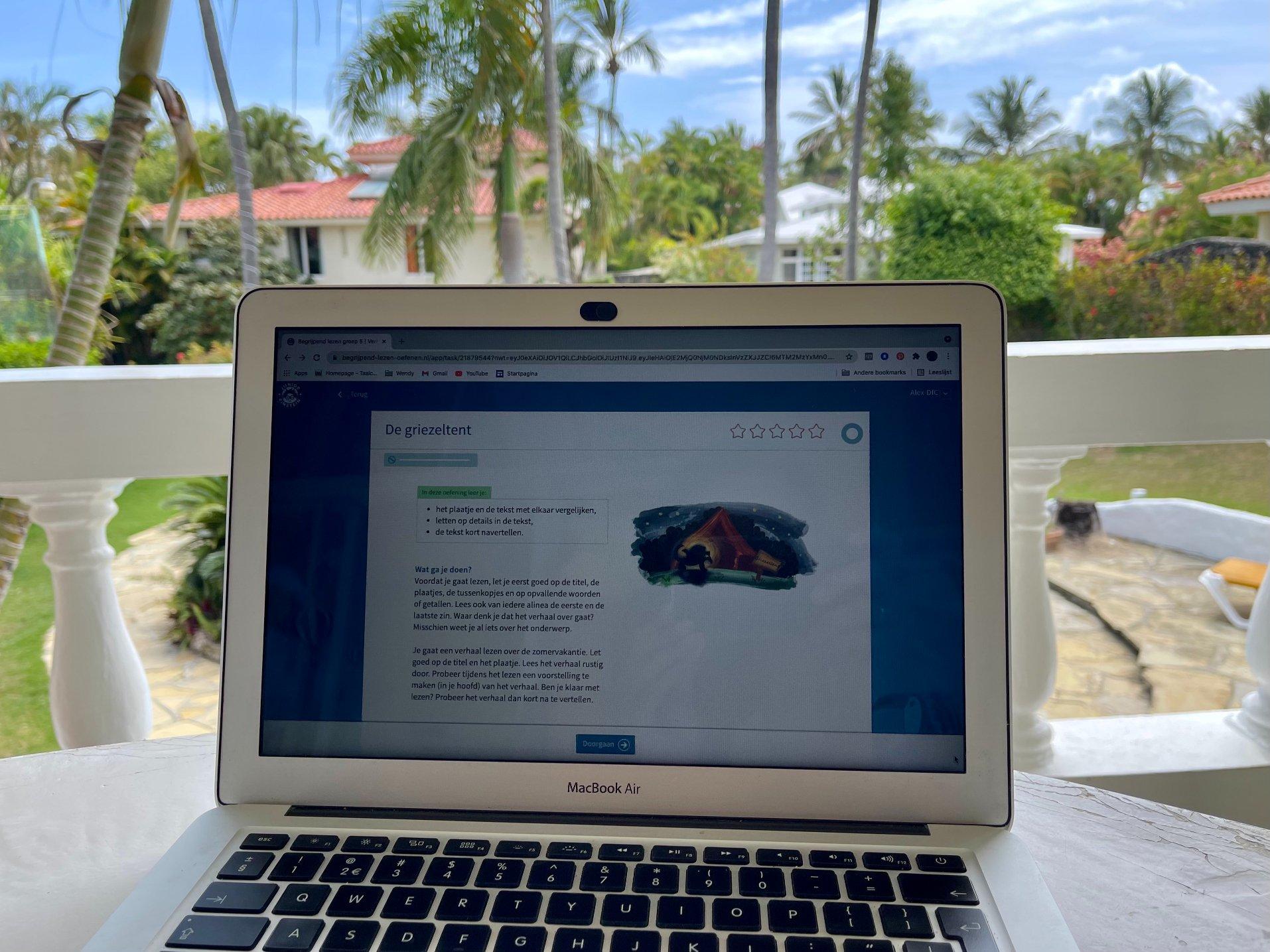 junior einstein op computer op vakantie