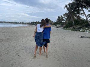 broer en zus close aan het strand