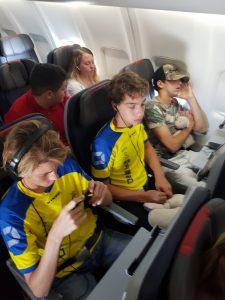 Expatkinderen in het vliegtuig