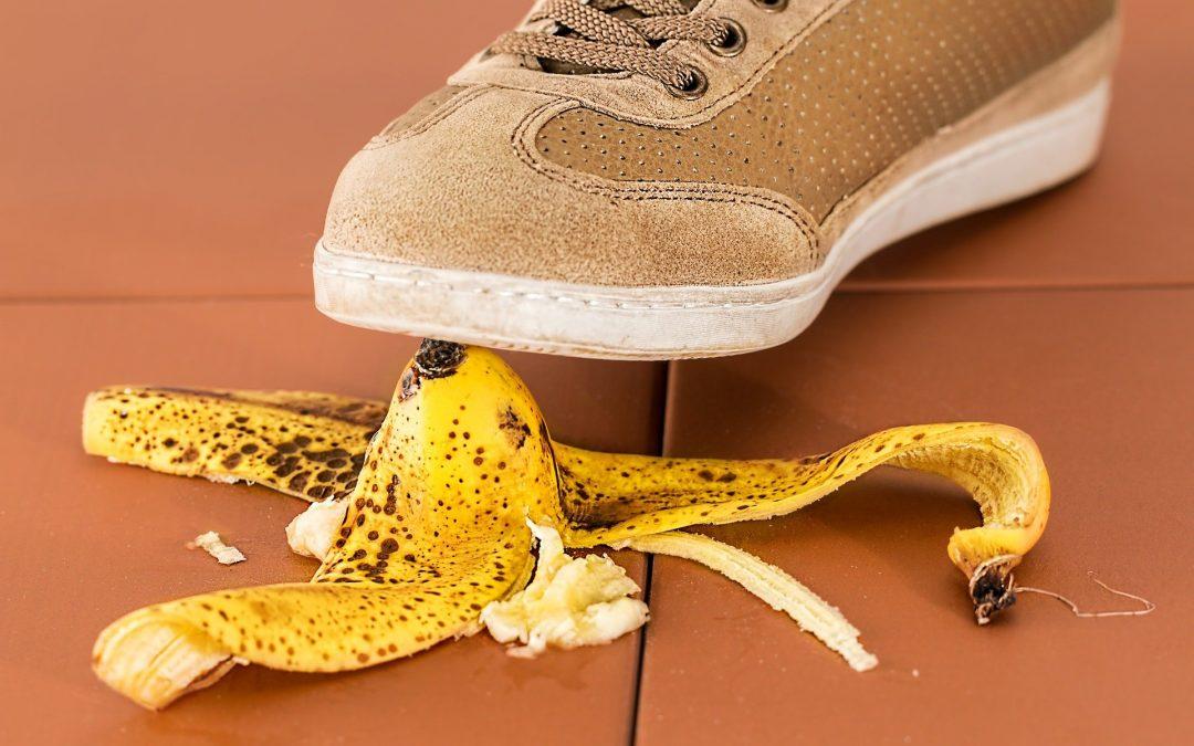 voet die trapt op bananenschil