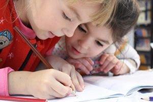 basisschoolkinderen die schrijven